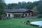 Zelená střecha je pokrytá rozchodníky a mechy.