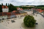 Pohled na dlažbu náměstí z věže kostela.