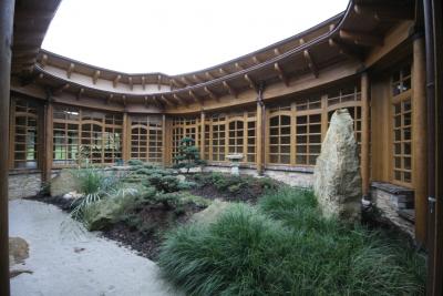8triová zahrada je kolem dokola prosklená okny do chodby, která átrium obchází.