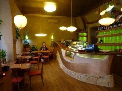 Po vstoupení do přízemí restaurace se před námi objeví organicky tvarovaný barový pult.