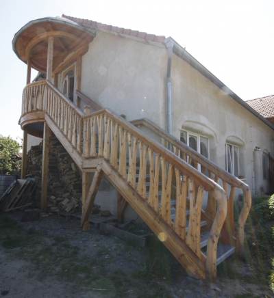 The carpentry work of the side staircase is made of larch wood.
