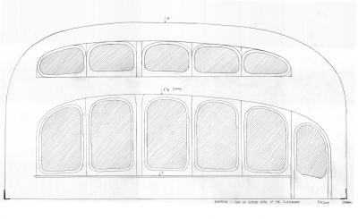 Hlavní okno školní třídy je složené ze dvou částí. Spodní větší část je z venku z jižní strany přistíněná zastřešenou pěší pasáží. Pruh horních oken doplňuje denní světlo ve třídě. Pro letní období je přistíněn vhodným přesahem střechy (viz řez školní budovou). Vpravo dole jsou požární únikové dveře. Slouží také pro přímý vstup dětí na zahradu v době přestávek. Celkové zaoblení oken a konkrétní použité křivky (Cassiniho křivka) jsou vhodnými formami pro tvorbu stylu waldorfské architektury.