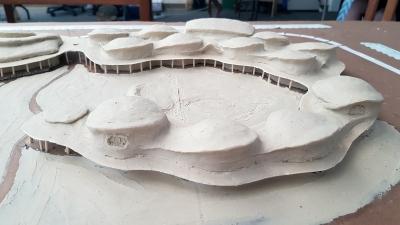 Při společném modelování bylo cílem, aby na sebe jednotlivé střechy plynule navazovaly. Aby jedna střecha přecházela do druhé. Tam kde jsou střechy snížené, postupně mizí a splývají s navazující stěnou nebo s další střechou. Tak se v organicky tvarované architektuře rozproudí éterické síly, které pozorovatel vnímá a čerpá z nich. Do architektury školy to také vnáší rytmus, který je pro éterickou kvalitu základem.